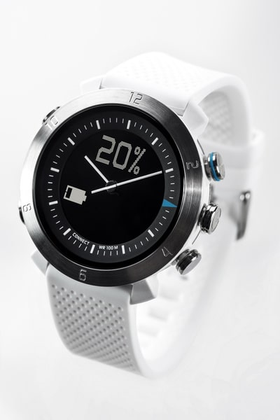 Cogito watch zeigt Akkustand Cogito Smartwatch: Cogito classic unter der Lupe Cogito watch angle 1 final White 20140106