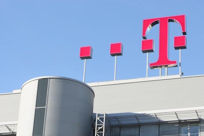 Aufgrund von einer Sicherheitslücke stellt die Telekom den MMS-Empfang um telekom Telekom sperrt automatischen MMS-Empfang vorübergehend Dach Logo Zentrale 680x453