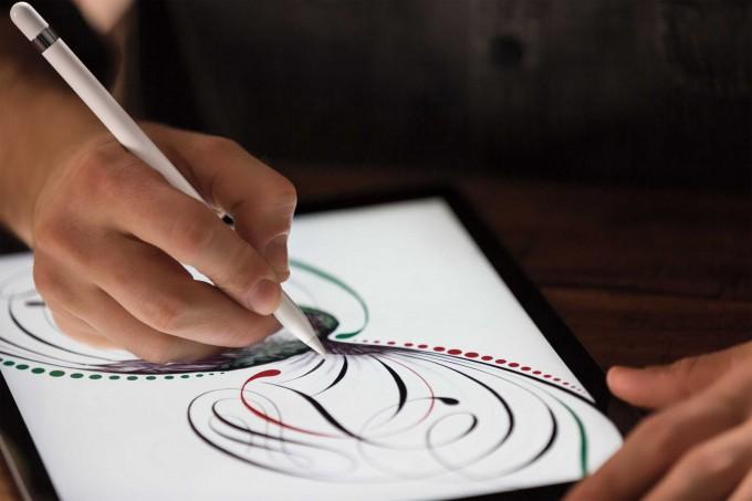 Das neue iPad Pro mit dem Apple Pencil Apple Das größte iPad ist da – das iPad Pro mit riesigem Display iPadPro Pencil Lifestyle2 PRINT 680x453