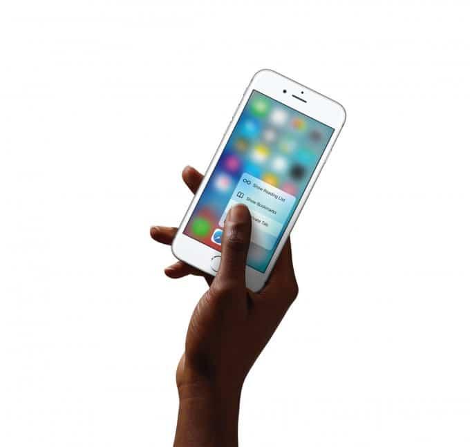 Apples iPhone 6s (Plus) stellt schon wieder Rekord auf iPhone 6s Apple stellt erneut Rekord auf: 13 Millionen verkaufte iPhone 6s (Plus) iPhone6s Hand SafariQuickAction PR PRINT2 680x647