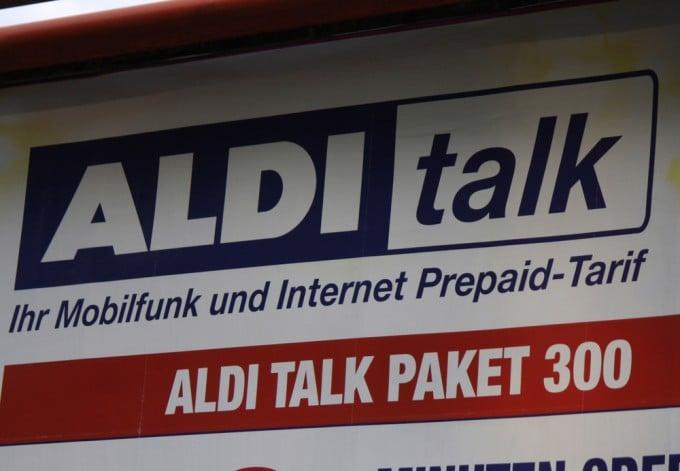 Wer nicht aufpasst, zahlt weit mehr als 8 Euro bei Aldi Talk aldi talk Aldi Talk beherbergt eine Kostenfalle – Kosten von über 100 Euro möglich shutterstock 193341866 680x471
