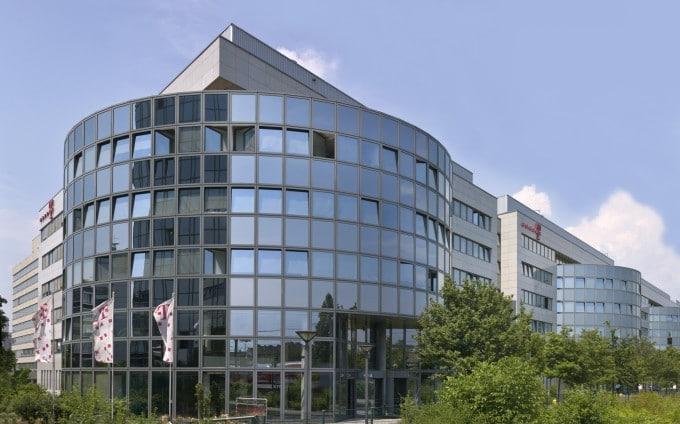 Breko fordert Aufspaltung von Telekom Telekom Konkurrenten fordern: Telekom-Konzern soll sich aufspalten Aussenaufnahme Gesamtgebaeude Rundteil 680x424