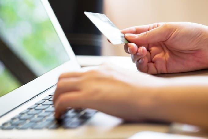 Online-Payment: Bezahlen im Internet soll sicherer und billiger werden Online-Payment Ab 2017 soll Online-Payment sicherer und billiger werden shutterstock 246421984 680x454