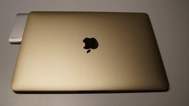 Der StilGut USB Hub an dem MacBook stilgut Getestet: StilGut USB-C Hub – Anschlussvielfalt für dein MacBook Der StilGut USB Hub Mac 630x354