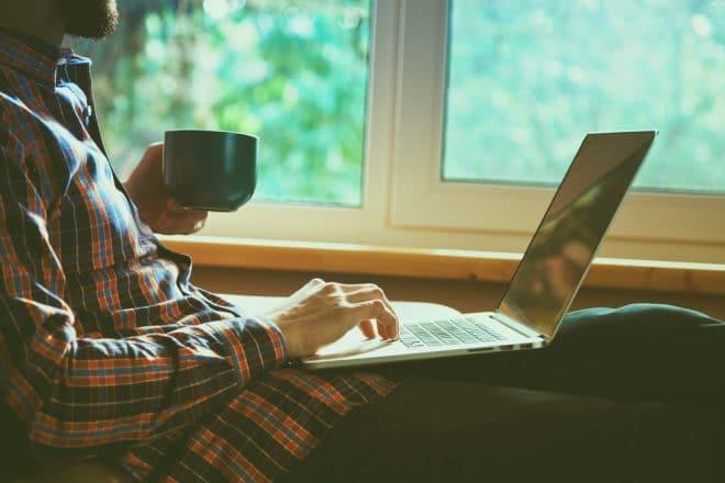 ac-c laptop computer telekommunikation internet Störerhaftung Bundesregierung will Störerhaftung abschaffen – Hoffnung auf mehr Hotspots in Deutschland Computer im Cafe 660x440