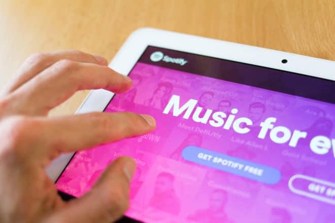 lo-c spotify Spotify Spotify möchte sich auf Werbeeinnahmen konzentrieren, Premium-Abos werden unwichtig shutterstock 404081626 660x440