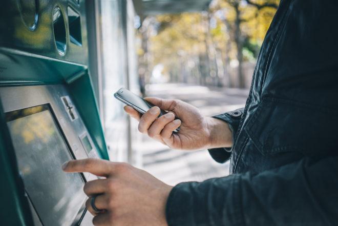Smartphone_Geldautomat TouchID Bargeldabhebung via TouchID in den USA shutterstock 348158087 660x441