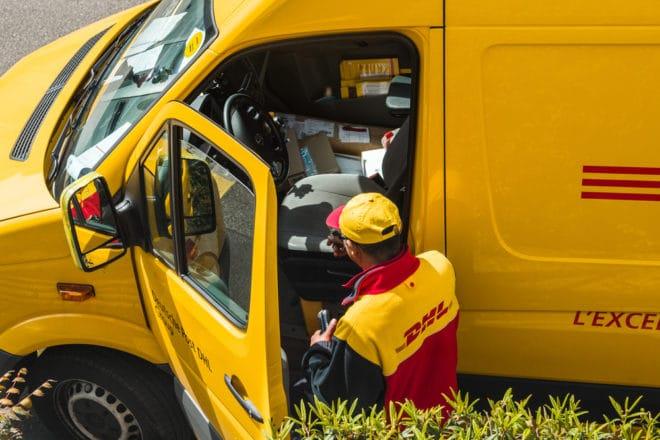 lo-c dhl Briefträger Deutsche Post möchte Datenbrillen für Briefträger einführen shutterstock 413123791 660x440