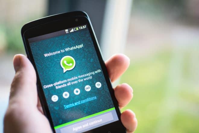 lo-c whatsapp whatsapp WhatsApp teilt Telefonnummern künftig mit Facebook bigstock WhatsApp on android phone 59905094 660x440