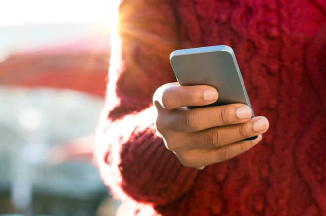 ac-c smartphone Roaming Gesetzesentwurf schränkt kostenfreies EU-Roaming wieder ein bigstock Close up of a young woman s ha 115260488 660x438