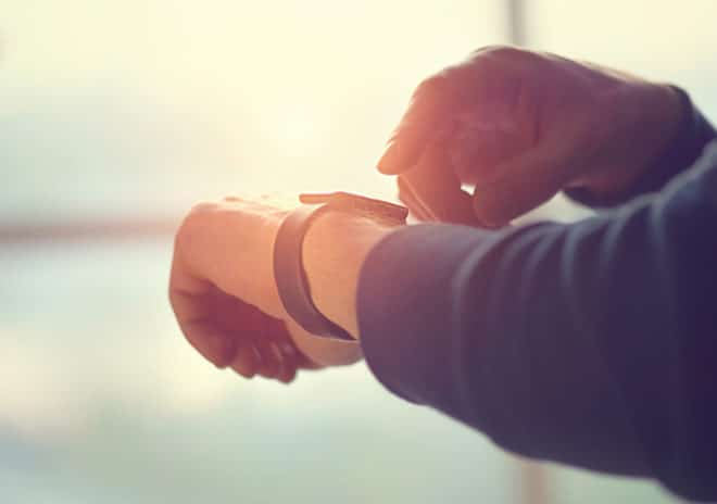ac-c smartwatch Smartwatch Smartwatch Markt wächst nur langsam – Apple bleibt die nächsten Jahre Marktführer bigstock Person using smart watch Youn 126104447 660x464