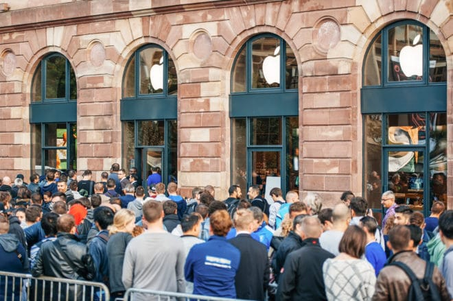 Apple Quartalszahlen: Apple Conference Call für Q1 2017 Ende Januar bigstock Queue For The New Iphone 96098279 660x439