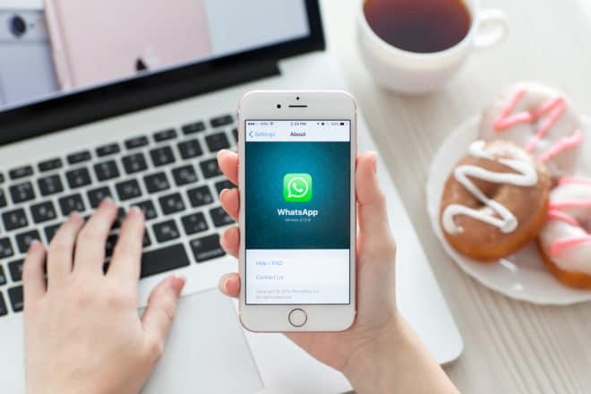 lo-c whatsapp WhatsApp Verbraucherschützer haben WhatsApp abgemahnt bigstock Woman Holding Iphone S Rose G 106811225 660x440
