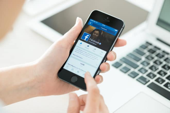 lo-c facebook Facebook Facebook zieht vor Gericht: WhatsApp Datentransfer soll erstritten werden bigstock Facebook Profile On Apple Ipho 67769935 660x441
