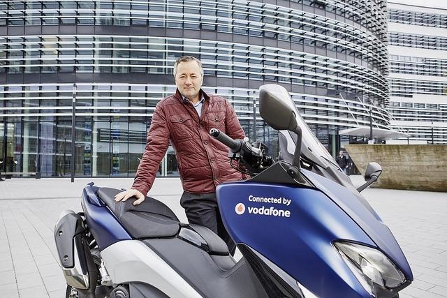 Vodafone vernetzt Autos vodafone CeBIT 2017: Vodafone bläst zum Sturm auf – das GIGANETZ Vodafone vernetztes Motorrad