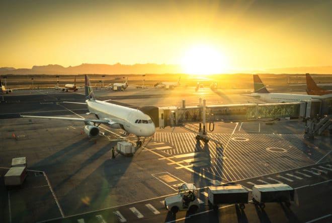 Flugzeug flug Elektrische Geräte dürfen auch bei Flügen nach Großbritannien nicht mehr ins Handgepäck bigstock Airplane At The Terminal Gate 94376564 660x445