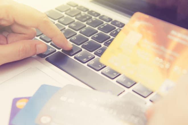 Online bezahlen mit Kreditkarte Zahlung PSD2: Neue Richtlinien sollen den Zahlungsverkehr im Internet erleichtern bigstock Hands Holding Credit Card And 135890795 660x440