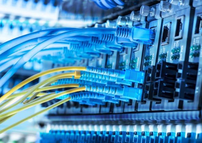 """Server mit LAN-Kabel Symbolbild netzfragen Netzfragen: Vorratsdatenspeicherung ist """"einfach von Grund auf abzulehnen"""" serverkabel 660x467"""