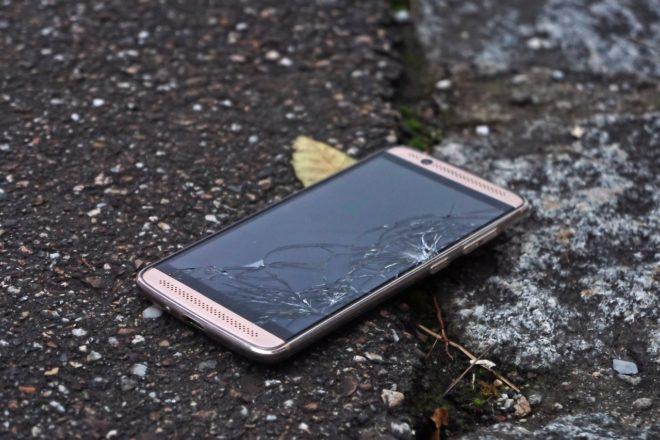 Smartphone mit Displayschaden Symbolbild smartphone Clever vorsorgen: Panzerglasfolien schützen vor Displaybruch smartphoneschaden 660x440